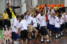 เด็ก ๆ มีส่วนร่วมในการแสดง จากศิลปิน โจนัส ในพิธีมอบทุนการศึกษามูลนิธิน่านฟ้าไทย