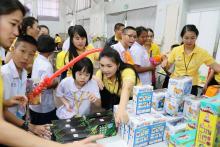 พี่ ๆ แจกของรางวัลแก่เด็ก ๆ พิธีมอบทุนการศึกษามูลนิธิน่านฟ้าไทย