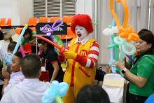 เด็ก ๆ มีส่วนร่วมในการแสดง จากโบโซ่แมคโดนัล ในพิธีมอบทุนการศึกษามูลนิธิน่านฟ้าไทย