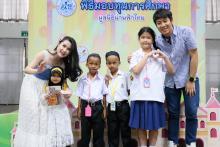 เด็ก ๆ ถ่ายภาพกับดารารับเชิญร่วมกิจกรรมการมีส่วนร่วมในการแสดง ในพิธีมอบทุนการศึกษามูลนิธิน่านฟ้าไทย