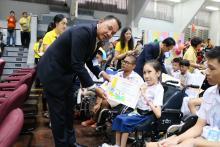 ประธานเดินมอบทุนการศึกษามูลนิธิน่านฟ้าไทยแก่เด็ก ๆ