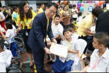 กรรมการผู้อำนวยการใหญ่เดินมอบทุนการศึกษามูลนิธิน่านฟ้าไทยแก่เด็ก ๆ